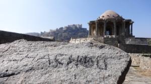 Ton nom sur une pierre au fort de Kumbhalgarh
