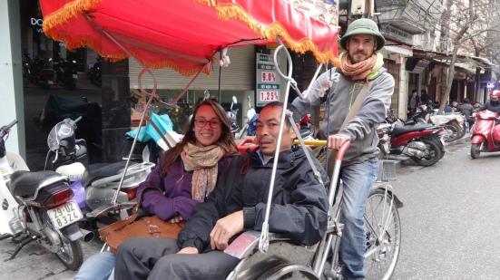 Défi d'Emilie : conduire un Cyclopouss avec le chapeau traditionnel et le chauffeur dans le cyclo :D