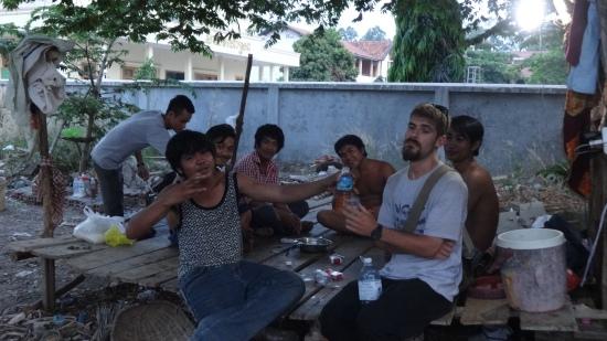 Boire du Whisky du coin avec un Cambodgien. A la santé du Crabby bien entendu.