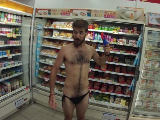 Défi d'Amandine : Poser en maillot de bain moule bite dans un supermarché au rayon charcuterie !