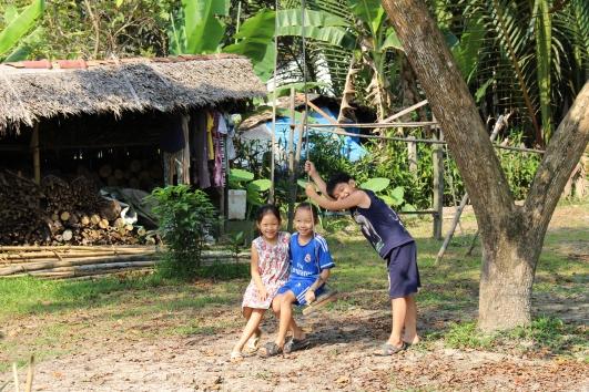 Des enfants vivant sur la rive du Mékong
