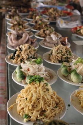 Pousse de bambou, coeur de palmier au piment et autres mets délicieux du marché.