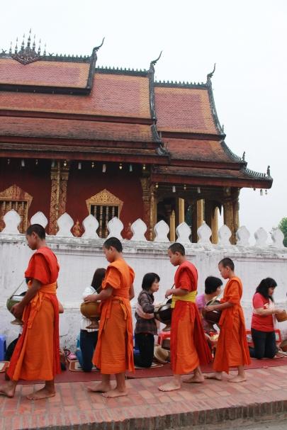L'offrande traditionnelle aux moines