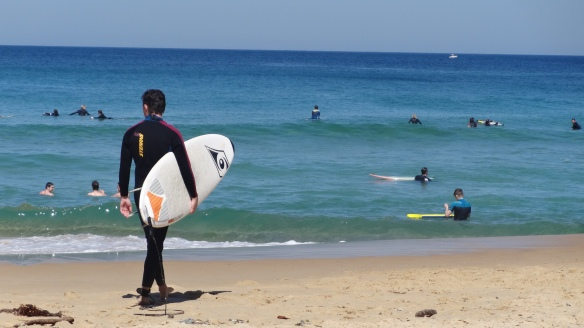 Les surfers de Newcastle Beach