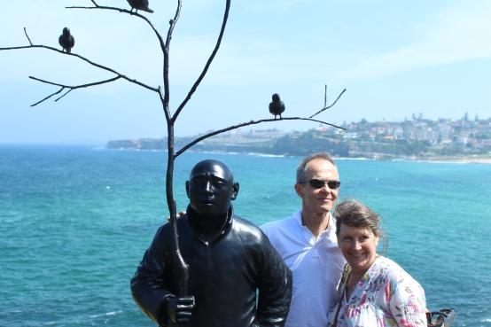 De gauche à droite : L'homme au parapluie étrange, Brigitte et Miro