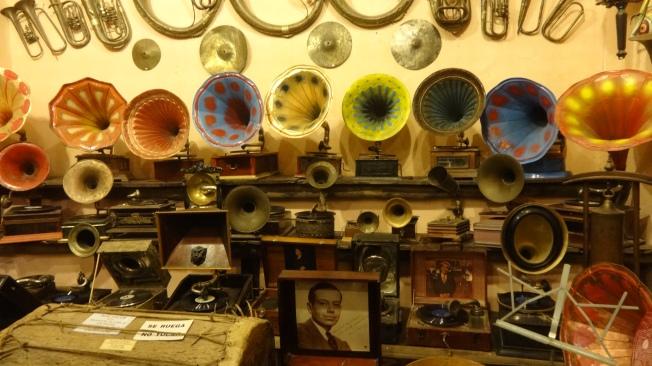 Ici, collection de gramophones.