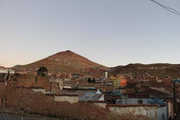 Vue sur le  Cerro Rico depuis le centre ville